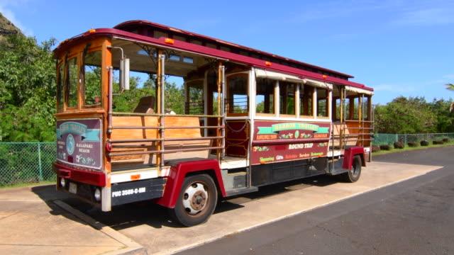vídeos de stock, filmes e b-roll de kapaa kauai hawaii downtown village harbour trolly bus shuttle for tourists, 4k - escrita ocidental
