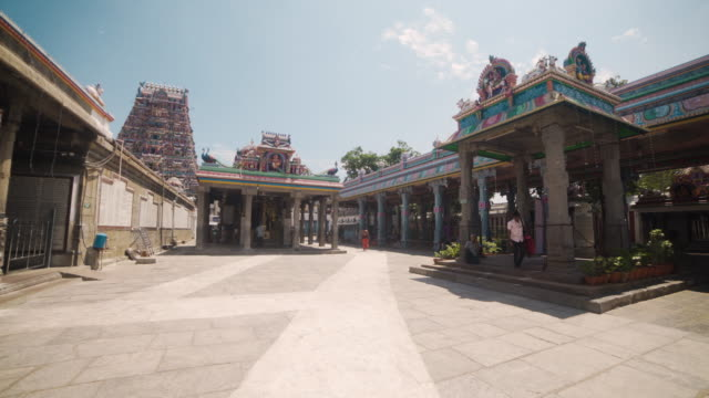 vídeos y material grabado en eventos de stock de kapaleeswarar hindu temple. dolly shot, steadicam, walking motion - temple building