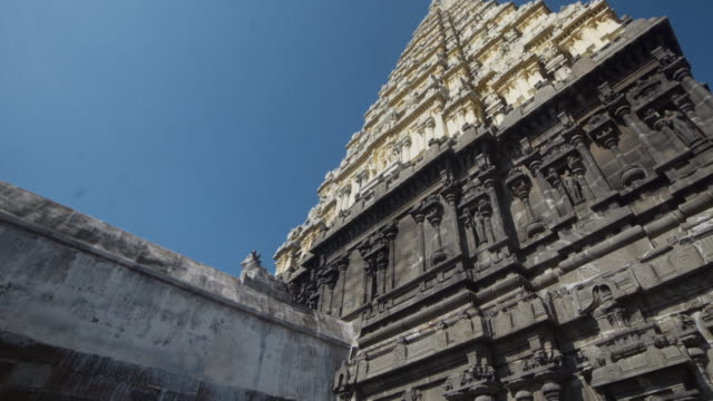 Kapaleeswarar hindu temple. Dolly shot, steadicam, walking motion