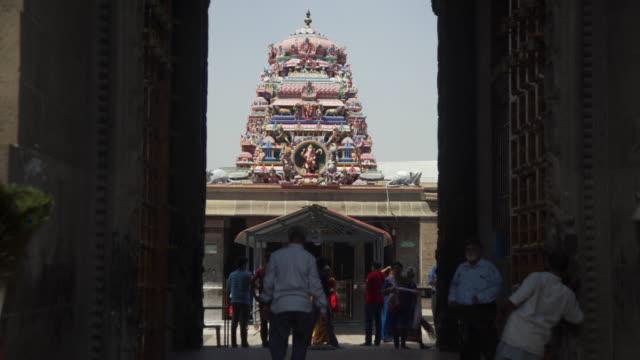 vídeos y material grabado en eventos de stock de kapaleeswarar hindu temple from outside, defocus people on the foreground - templo