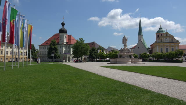 kapellplatz square with town hall and chapel of grace, altoetting, upper bavaria, bavaria, germany - springbrunnen stock-videos und b-roll-filmmaterial