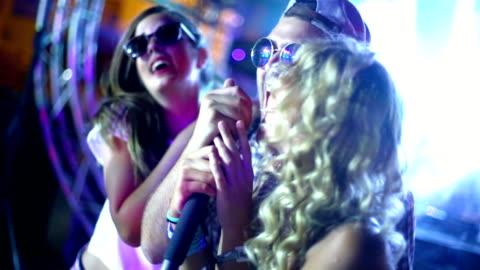 vídeos y material grabado en eventos de stock de concurso de karaoke. - concursante