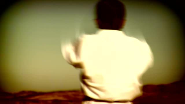 vídeos de stock, filmes e b-roll de karate kung fu luta - vinheta