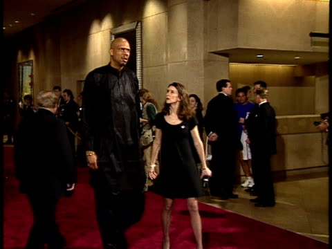 vídeos de stock, filmes e b-roll de kareem abduljabbar walking down red carpet - american film institute