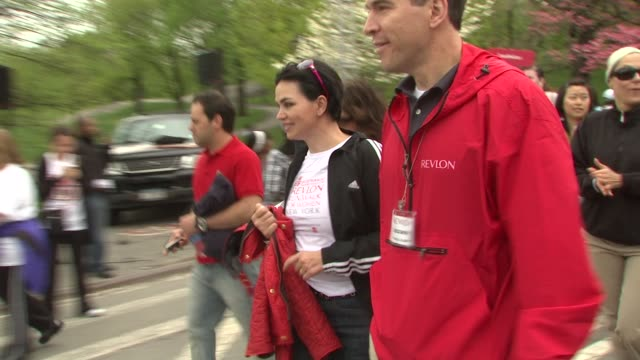 karen duffy at the 12th annual eif revlon run/walk for women in new york city at new york ny. - レブロン点の映像素材/bロール