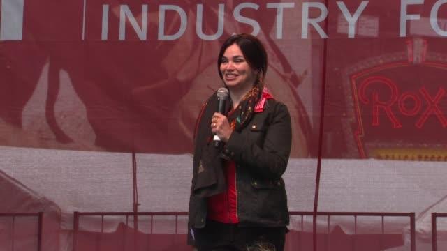 karen duffy introduces dr. oz at the 14th annual entertainment industry foundation revlon run/walk for women at new york ny. - メフメト オズ点の映像素材/bロール