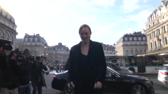 karen elson arrives at the stella mccartney show as part of the paris fashion week womenswear fall/winter 2018/2019 on march 5 2018 in paris france - stella mccartney marchio di design video stock e b–roll