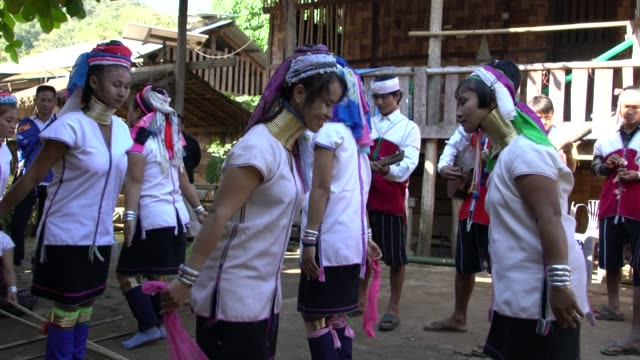 vidéos et rushes de karen tribe women from long neck village in northern thailand performing a traditional dance - long