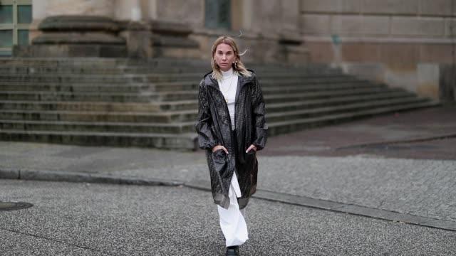 vídeos de stock, filmes e b-roll de karin teigl is seen wearing white turtleneck white pants fendi rain coat on january 15 2019 in berlin germany - capa de chuva