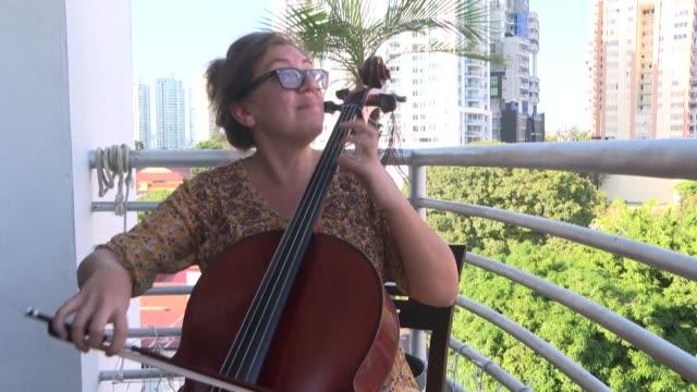 karina nunez an uruguayan cellist and member of the national symphony orchestra of panama - musicista video stock e b–roll