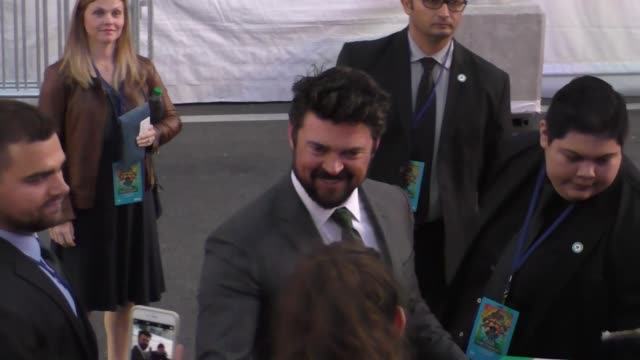 karl urban arriving at the thor premiere at el capitan theatre in hollywood on october 10, 2017 at celebrity sightings in los angeles. - エルキャピタン劇場点の映像素材/bロール