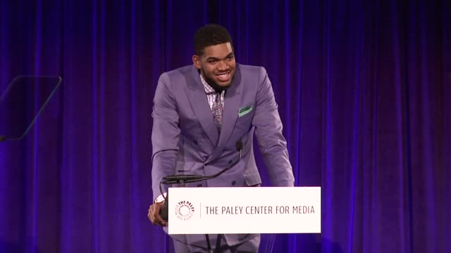 vídeos y material grabado en eventos de stock de speech karlanthony towns on how he feels to be named rookie of the year and his family's reaction on the influence of latinos on basketball on nba... - premios del sindicato de guionistas