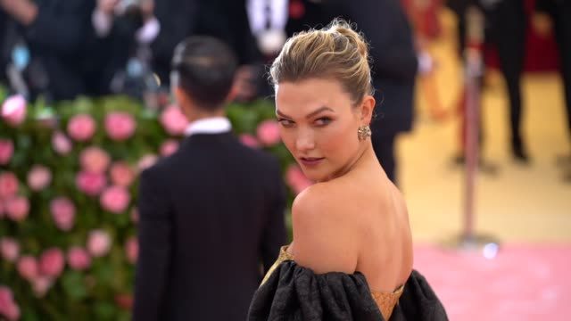 vidéos et rushes de karlie kloss at the 2019 met gala celebrating camp: notes on fashion - arrivals at metropolitan museum of art on may 06, 2019 in new york city. - gala