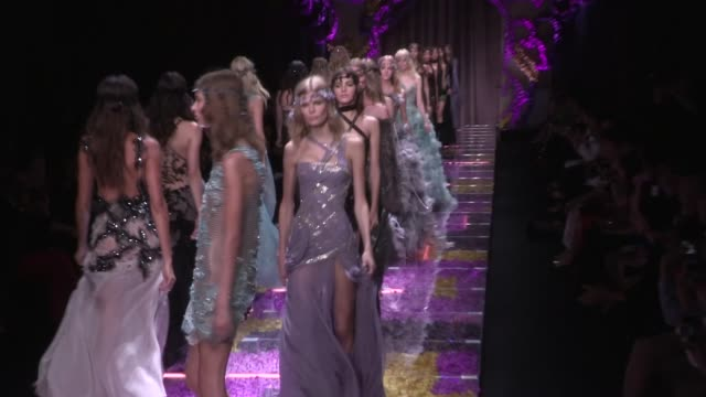karlie kloss, kendall jenner, doutzen kroes, lara stone, joann smalls and more fellow models on the versace haute couture runway for the final round... - ヴェルサーチ点の映像素材/bロール