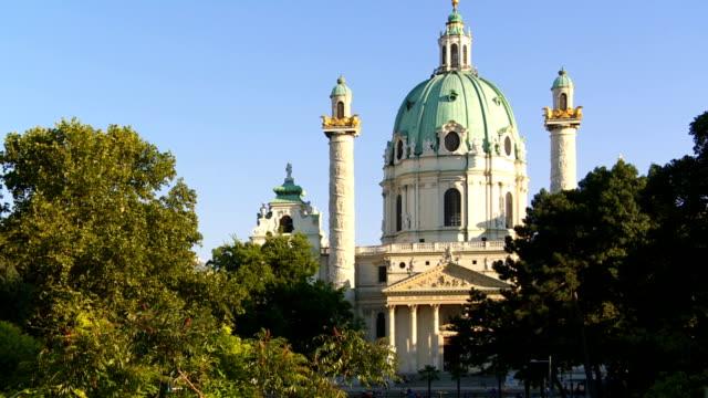 pan karlskirche (st. charles's church) in vienna - カールスプラッツ点の映像素材/bロール