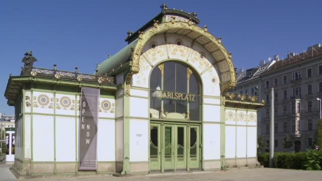 pan karlsplatz (charles' square) station building (karlsplatz stadtbahn station) in vienna - motion controlled shot. - カールスプラッツ点の映像素材/bロール