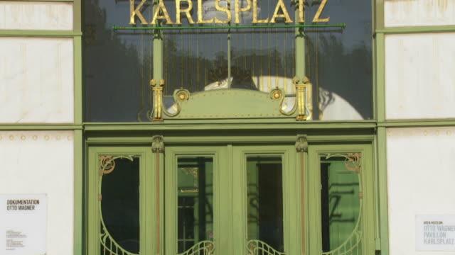 tu karlsplatz (charles' square) station building (karlsplatz stadtbahn station) in vienna - motion controlled shot. - カールスプラッツ点の映像素材/bロール