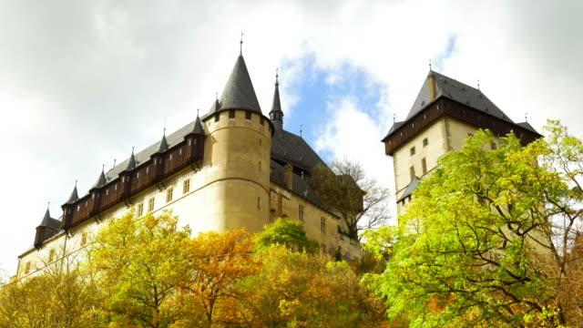 karlštejn castle (hhrad karlštejn, burg karlstein) in bohemia - tschechische kultur stock-videos und b-roll-filmmaterial