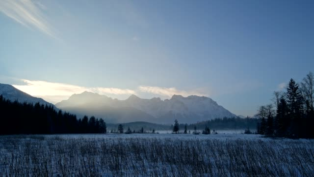 vídeos de stock, filmes e b-roll de karwendel mountainrange on morning in winter, krün, garmisch-partenkirchen upper bavaria, bavaria, germany, european alps - alta baviera