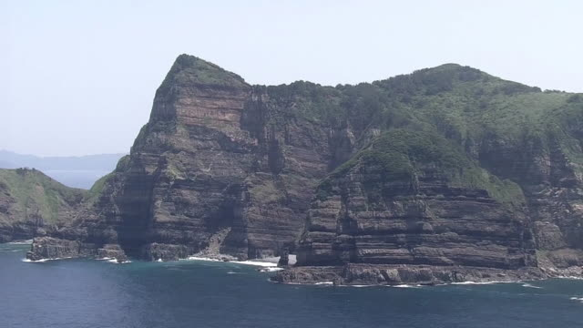 aerial, kashima cliff, koshikishima islands, kagoshima, japan - ロックストラータ点の映像素材/bロール