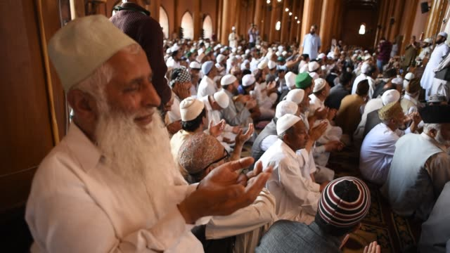 kashmiri muslims listen to the sermon inside the grand mosque on the last friday of the holy islamic month of ramadan on may 31 2019 in srinagar the... - eid mubarak stock videos & royalty-free footage