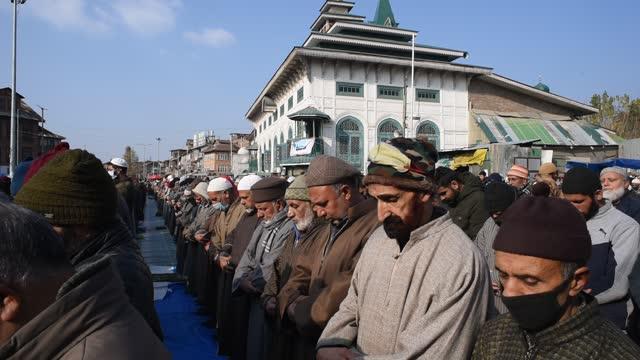 kashmiri muslims outside the dastgeer sahib shrine on the occasion of annual urs of 11th-century sufi preacher sheikh abdul qadir jeelani on november... - shrine stock videos & royalty-free footage