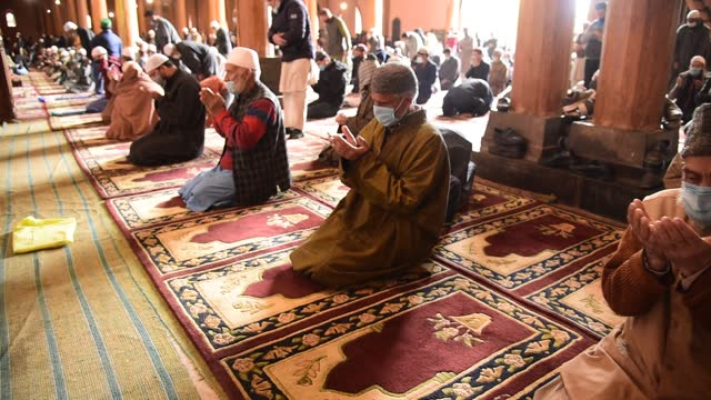 vidéos et rushes de kashmiri muslims wear face masks while maintaining social distancing offer prayers during islamic month ramadan's first friday in jamia masjid... - fête religieuse
