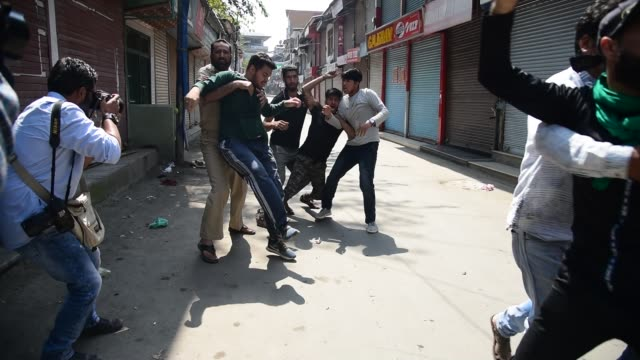 vidéos et rushes de kashmiri shia muslim mourners shout pro freedom and religious slogans as they were detained after they took out 8th muharram procession in srinagar,... - fête religieuse