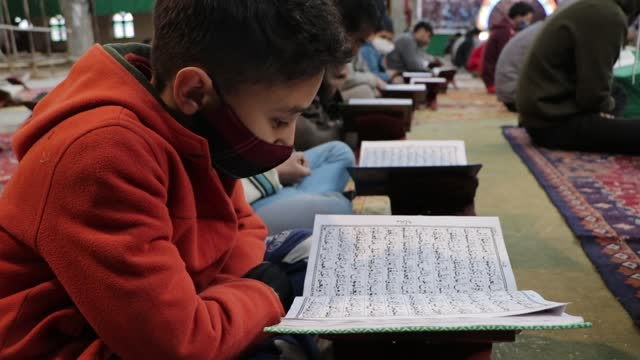 vidéos et rushes de kashmiri shia muslims practice social distancing as a measure against the coronavirus pandemic as they recite the quran on the 4th day of muslims'... - fête religieuse