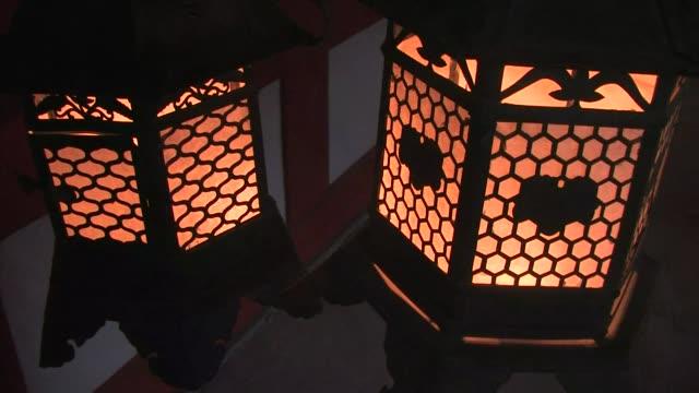 vidéos et rushes de kasuga grand shrine, nara prefecture, japan - grand lit