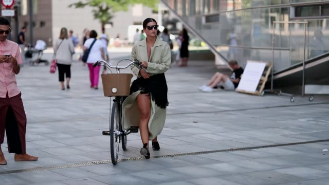 vídeos de stock e filmes b-roll de katarina petrovic with her bike wearing a beige dress outside designers remix during the copenhagen fashion week spring/summer 2019 on august 9 2018... - copenhaga