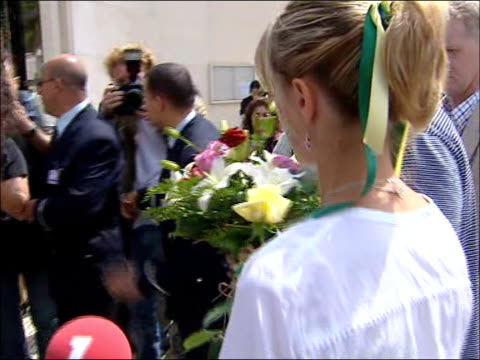 kate and gerry mccann visit holy shrine to pray for their daughter; kate and gerry away thru press scrum and wellwishers as into church - 行方不明点の映像素材/bロール