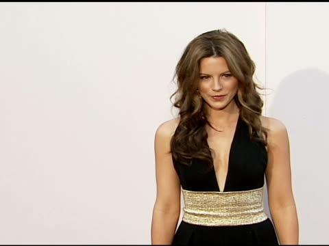 vidéos et rushes de kate beckinsale at the columbia pictures' and revolution studios' 'click' los angeles premiere at the mann village theatre in westwood, california on... - westwood