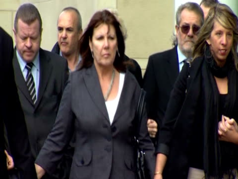kate carroll walks to court surrounded by her family. - witwe stock-videos und b-roll-filmmaterial