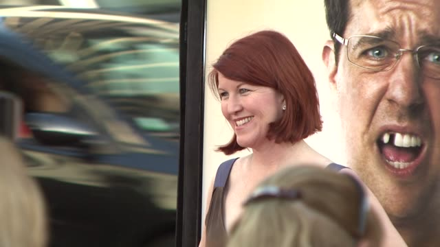 kate flannery at the 'the hangover' premiere at hollywood ca - una notte da leoni video 2009 video stock e b–roll