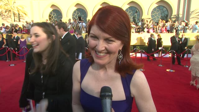 vídeos y material grabado en eventos de stock de kate flannery on the event the office modern family and mary tyler moore at 18th annual screen actors guild awards arrivals on 1/29/12 in los angeles... - mary tyler moore