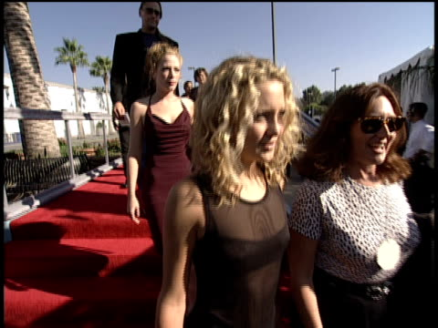 vídeos de stock e filmes b-roll de kate hudson arriving on the 1998 mtv video music awards red carpet - 1998