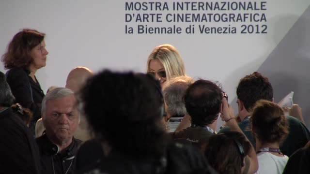 kate hudson at press conference arrivals: the reluctant fundamentalist: 69th venice film festival on august 29, 2012 in venice, italy - fundamentalism stock videos & royalty-free footage