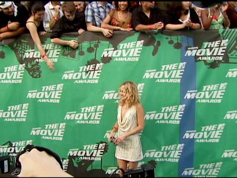 vídeos y material grabado en eventos de stock de kate hudson at the 2006 mtv movie awards red carpet at sony pictures studios in culver city, california on june 3, 2006. - kate hudson