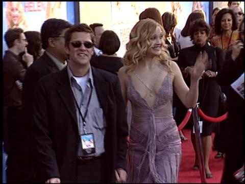 vídeos y material grabado en eventos de stock de kate hudson at the 'raising helen' premiere at the el capitan theatre in hollywood, california on may 26, 2004. - kate hudson