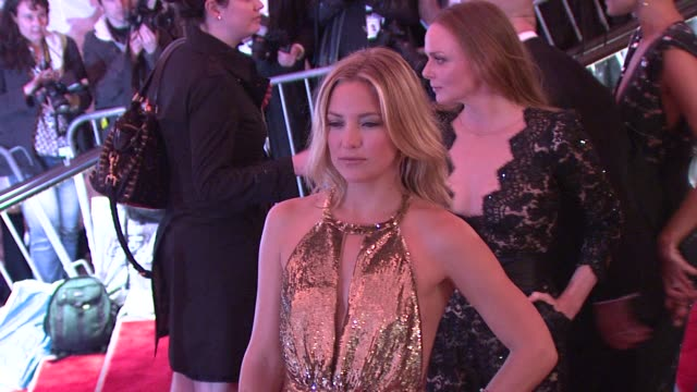 vídeos y material grabado en eventos de stock de kate hudson at the 'the model as muse: embodying fashion' costume institute gala at the metropolitan museum of art - arrivals at new york ny. - kate hudson