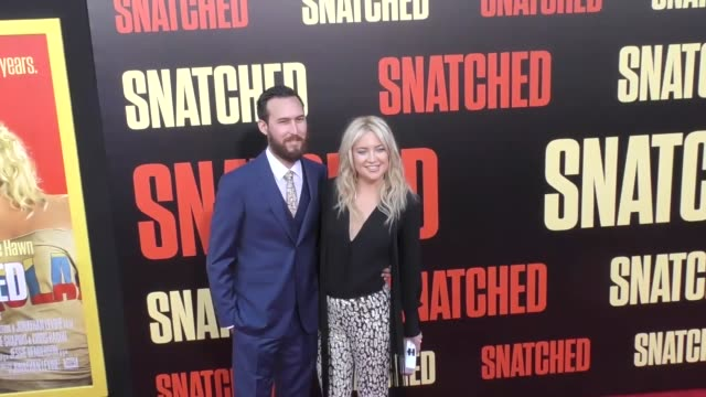 vídeos y material grabado en eventos de stock de kate hudson & danny fujikawa at the premiere of 20th century fox's 'snatched' - arrivals on may 10, 2017 in westwood, california. - kate hudson