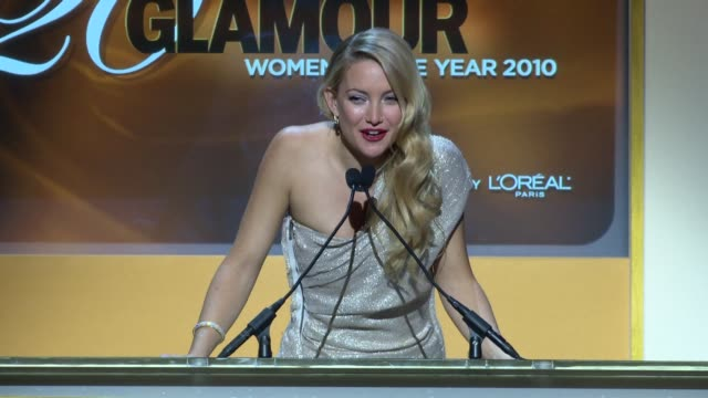 vídeos y material grabado en eventos de stock de kate hudson introduces fergie as glamour woman of the year at the glamour magazine honors the 2010 women of the year - inside show at new york ny. - kate hudson
