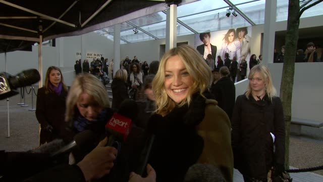 vidéos et rushes de kate hudson on what she loves about burberry and what she likes about britain at the burberry prorsum london fashion week a/w 2010 red carper... - burberry prorsum