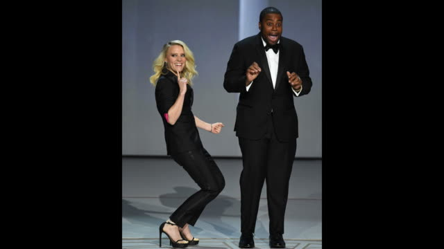 vídeos de stock, filmes e b-roll de kate mckinnon and kenan thompson dance onstage during the 70th emmy awards at microsoft theater on september 17 2018 in los angeles california - 70th annual primetime emmy awards