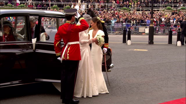 vídeos de stock, filmes e b-roll de kate middleton arrives at westminster abbey and waves to the cheering crowds available in hd - papel em casamento