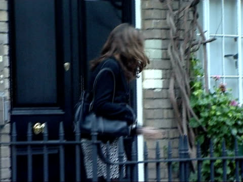 vídeos de stock e filmes b-roll de kate middleton suffers paparazzi harassment england london chelsea photography *** kate middleton leaving her home to - 2007