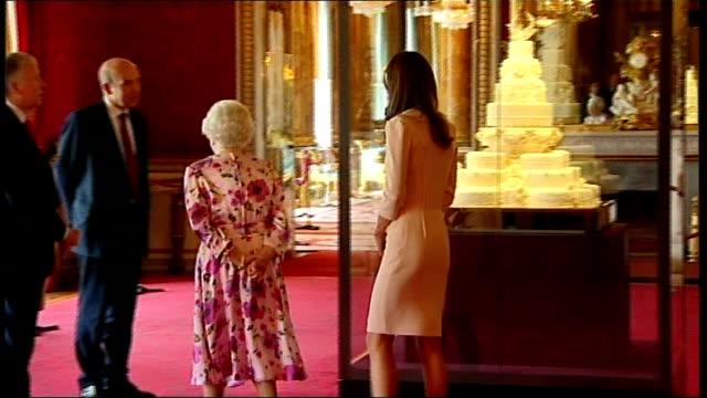 kate middleton wedding dress goes on display close shots of duchess of cambridge's wedding shoes on display queen elizabeth and duchess of cambridge... - ケーキ点の映像素材/bロール