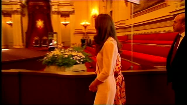 stockvideo's en b-roll-footage met kate middleton wedding dress goes on display england london buckingham palace throughout** queen elizabeth and duchess of cambridge into wedding... - onthoofd