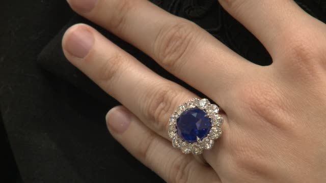 vídeos de stock e filmes b-roll de kate middleton's sparkling engagement ring which originally belonged to the late princess diana sports a giant sapphire surrounded by 14 diamonds and... - anel joia